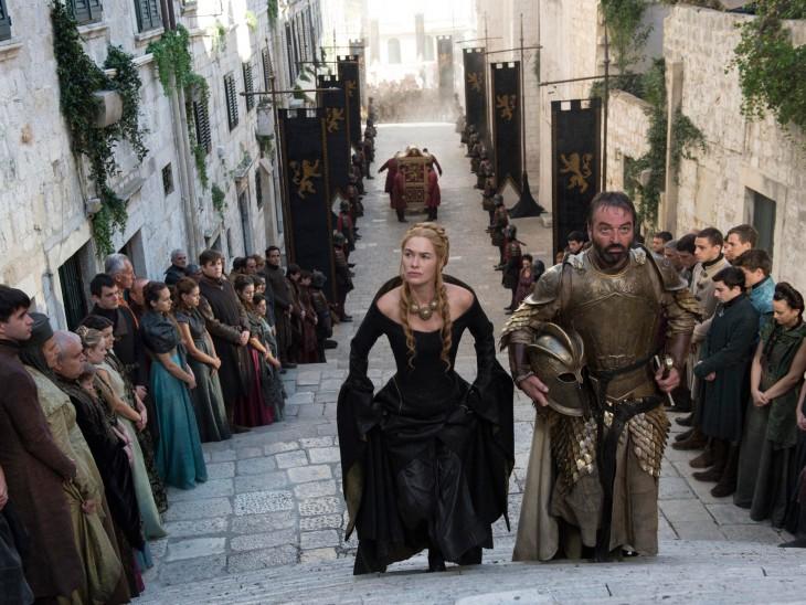 personajes de Game Of Thrones subiendo una escalera durante una escena