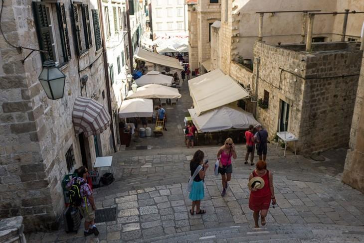 Persona subiendo unas escaleras en Dubrovnik