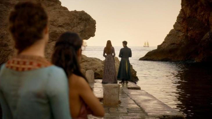 personajes de game of thornes durante una escena en Dubrovnik