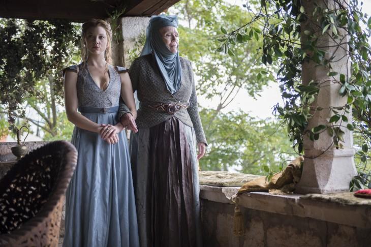 personajes de la serie de Game Of Thrones en los jardines de la fortaleza roja