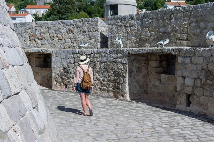 chica pasando por una de las locaciones de Game Of Thrones en Croacia