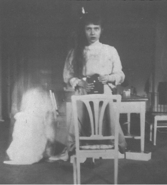 Anastasia hija de Nicolas el zar de rusia tomandose una foto
