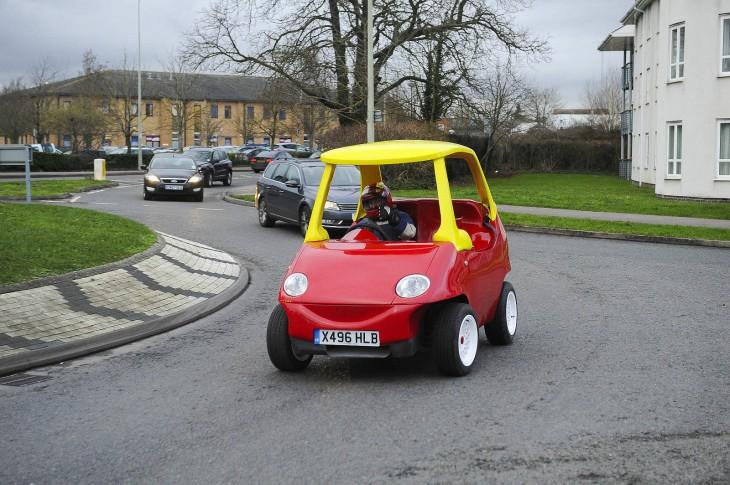 coche Little Tikes de tamaño real en Inglaterra