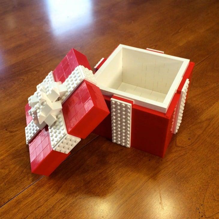 caja de regalo hecha con piezas lego en color rojo y blanco