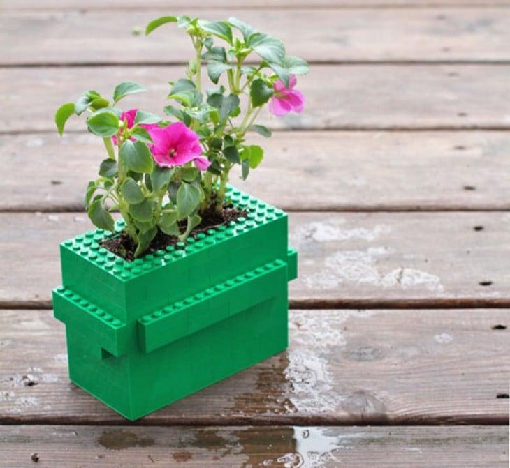 Maceta de color verde hecha con figuras LEGO