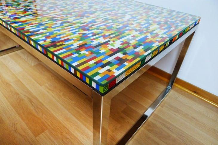 mesa con cubierta de colores hecha con piezas LEGO