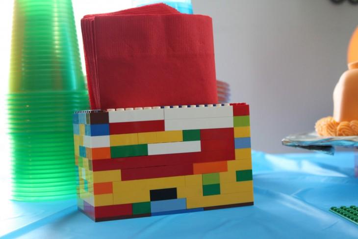 servilletero hecho con piezas de colores LEGO