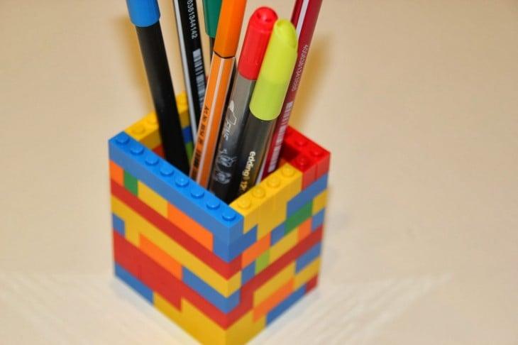 Lapicero hecho con piezas de lego de colores