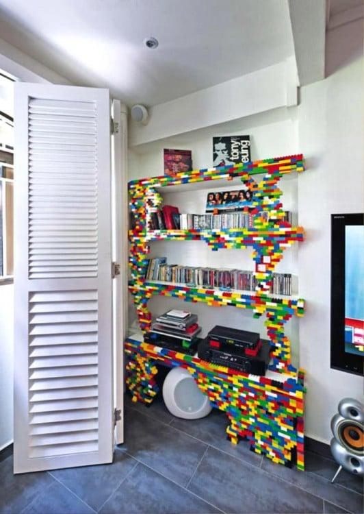 Librero decorado con piezas de colores LEGO