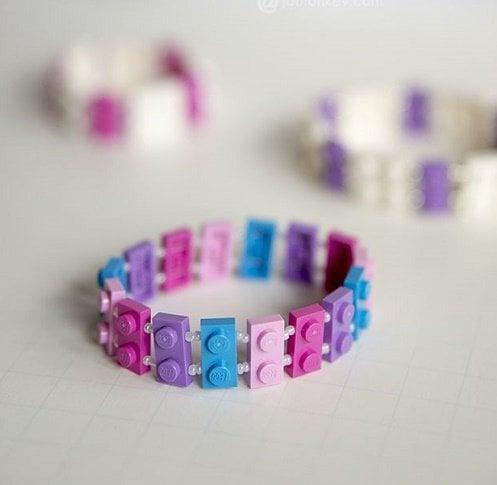 pulsera hecha con piezas LEGO en colores pastel