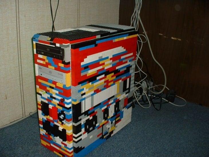 CPU de una computadora cubierto con figuras LEGO de colores