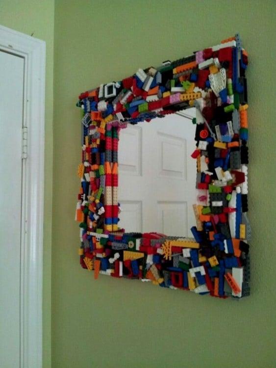 marco de espejo hecho con figuras LEGO