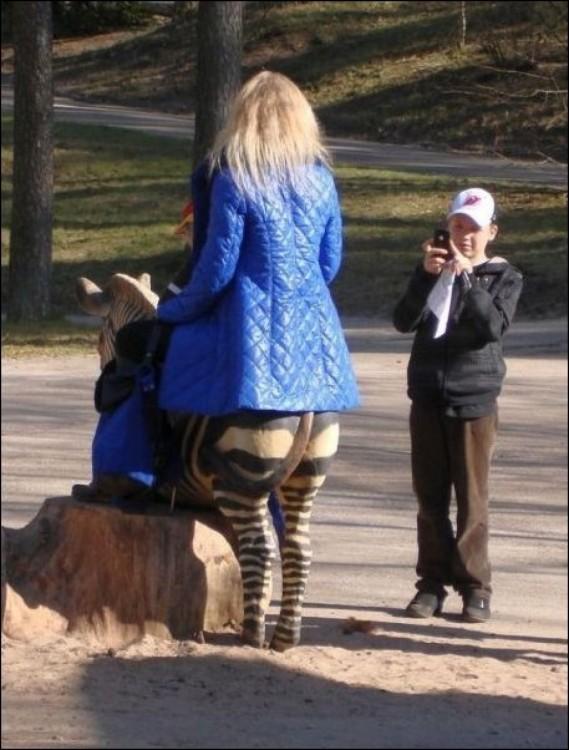 foto de una mujer que parece tener medio cuerpo de zebra