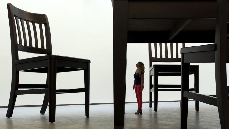 chica observando una escultura de un comedor gigante