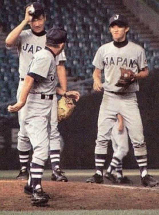 fotografía de tres beisbolistas en el campo