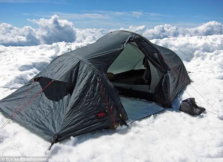 una casa de campaña que parece estar sobre las nubes