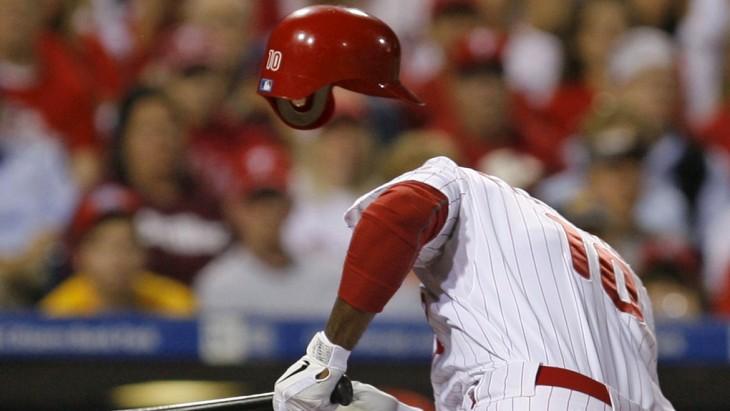 fotografía de un beisbolista que tiene un lado un casco que parece estar flotando