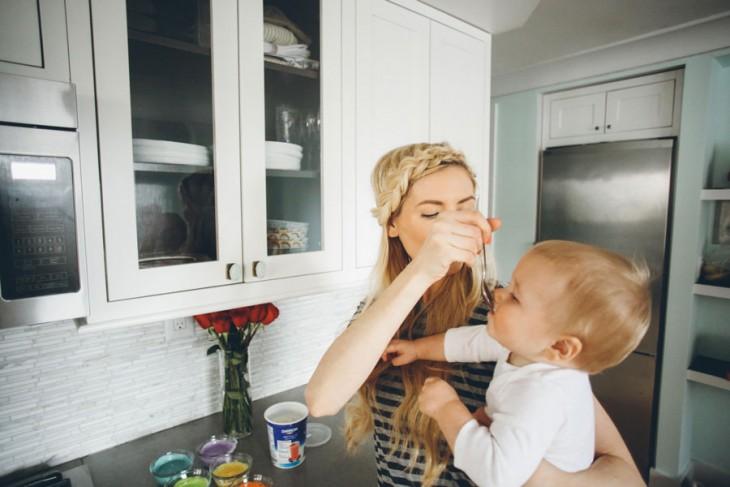 mama dandole de comer a su hijo
