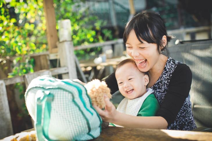madre e hijo jugando con un peluche