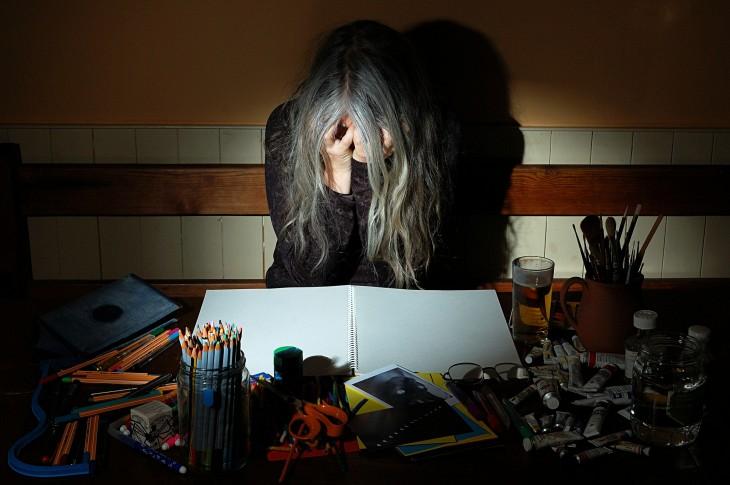 mujer frustrada por no poder crear obras