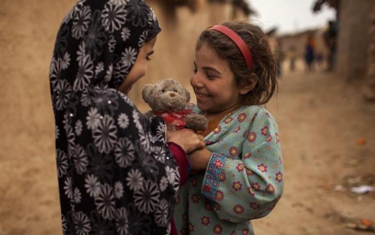 niña regalando su osito depeluche