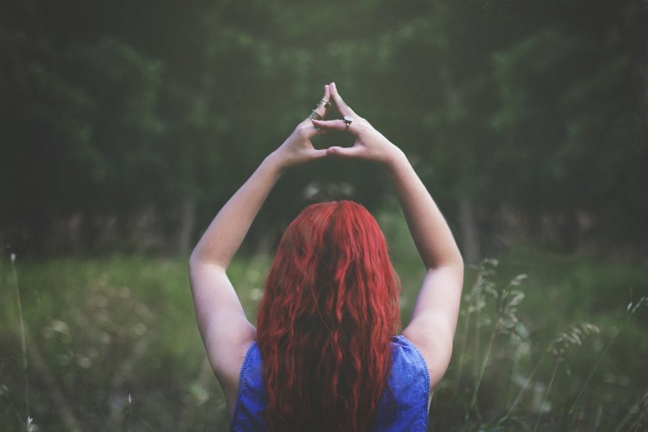 mujer pelirroja meditando