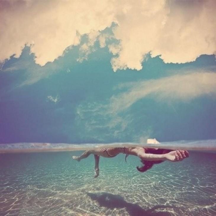 mujer nadando un un mar muy limpio