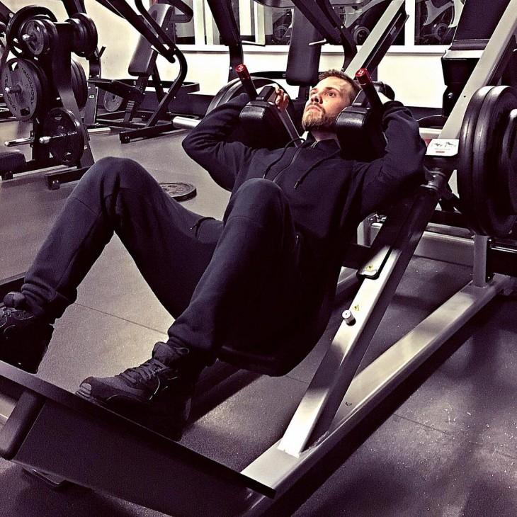 hombre haciendo ejercicios de pierna en el gimnasio
