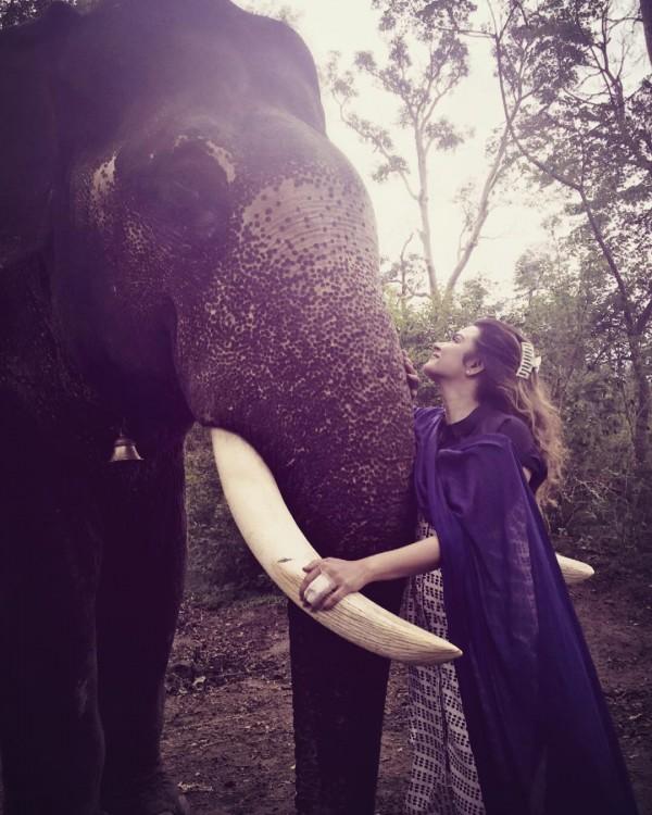 mujer en su viaje a mumbai