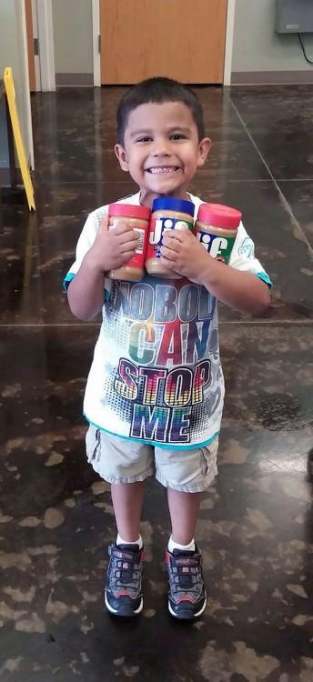 niño donará cacahuate y crema de mani para los perros del refugio