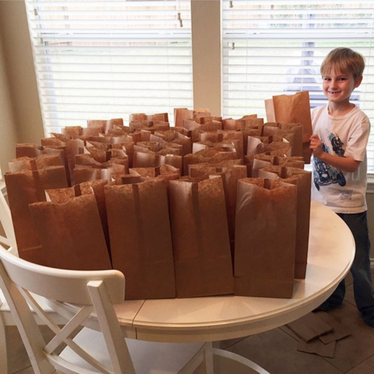 niño que apoya a los indigentes de su ciudad dándoles de comer