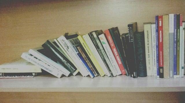 librero desorganizado
