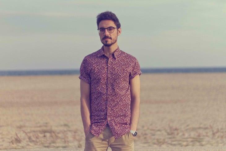 hombre en medio del desierto posando para la cámara