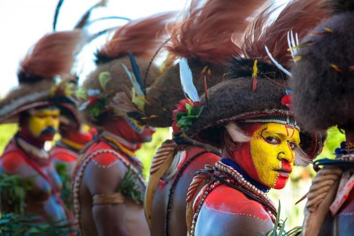 Guerrero indigena de papua nueva guinea