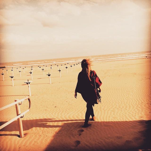 mujer caminando sola por el desierto cumpliendo sus sueños , descansando del mundo. Un tiempo a solas