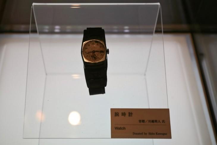 reloj que esta en un museo sobre la bomba de hiroshima