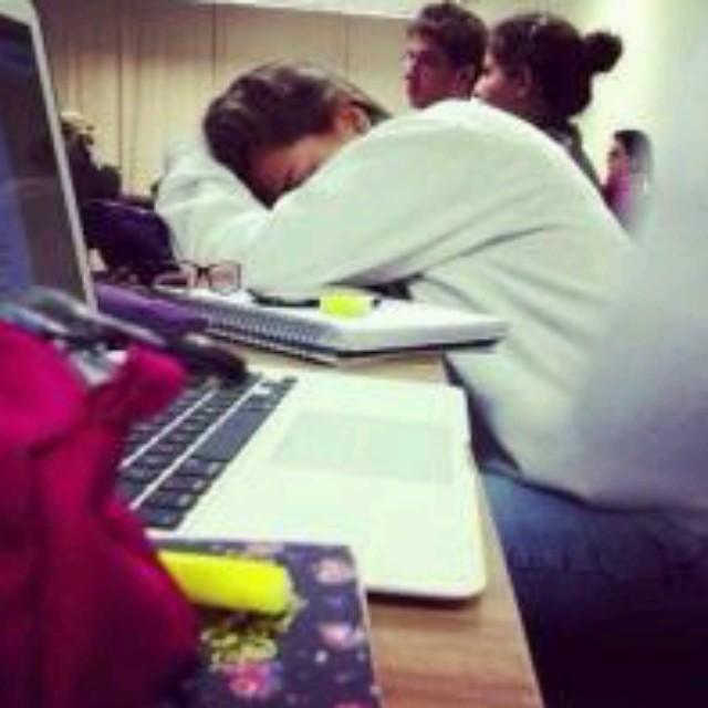 estudiante dormida en su escritorio