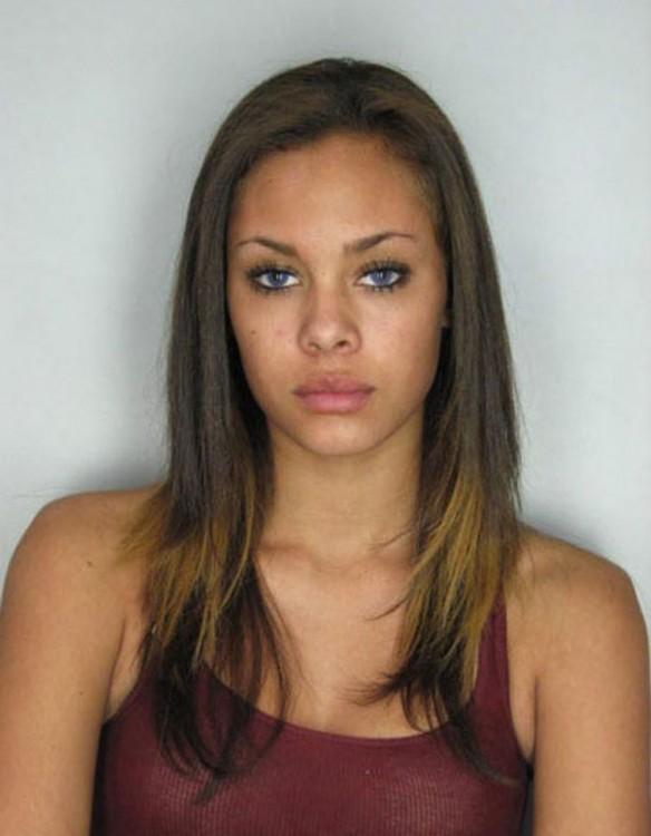 mujer de ojos bellos catalogada como una de las delincuentes más bellas del mundo
