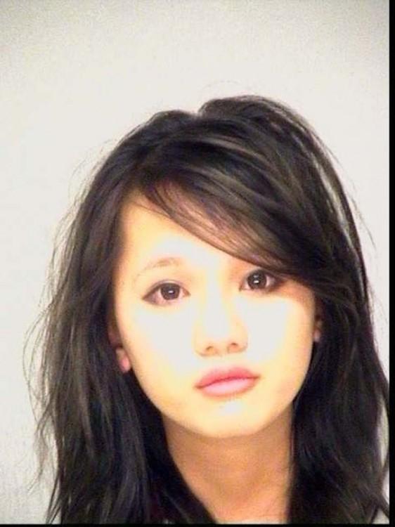 chica con rasgos asiáticos acudasa de un crimen en los estados unidos