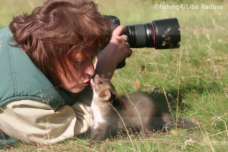 FOTOGRAFA BESANDO A UN ANIMALITO SILVESTRE