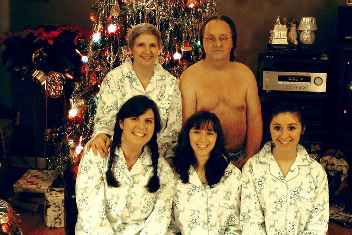 familia posando para la foto familiar y el apá esta semidesnudo en medio de la sala