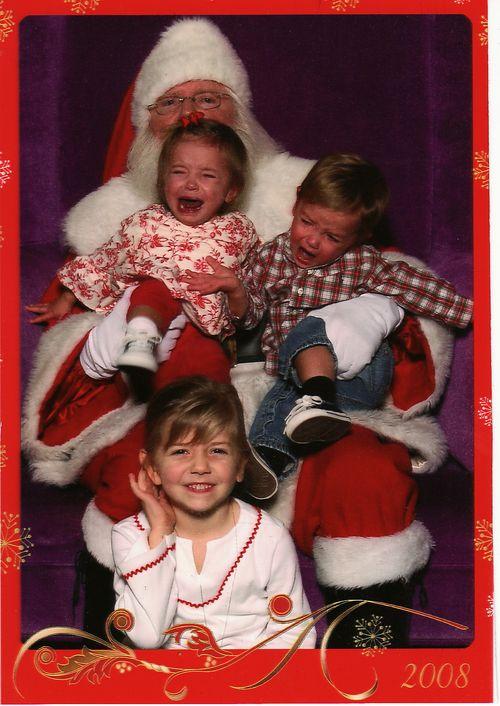 papá noel cargando a niños llorando y la hermana