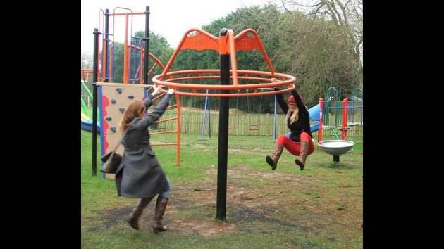 mujeres jugando en el balancín después de salir del trabajo