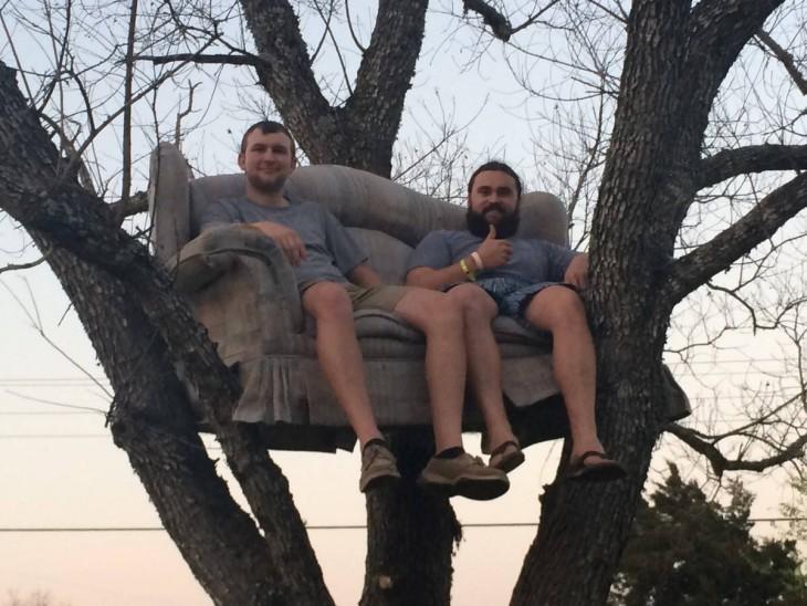 hombres subieron un sillón solo para sentarse