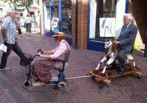 viejitos paseandose en su caminador