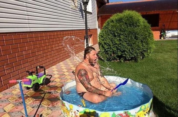 hombre bañandose en la alberca de su hija
