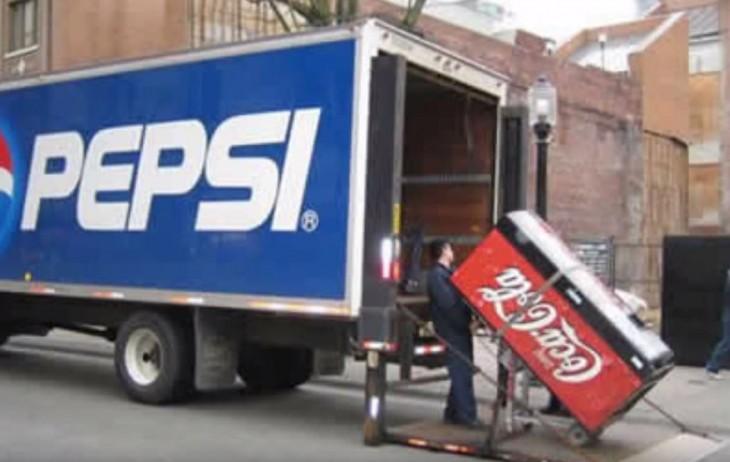 camión de la pepsi llevandose una cocacola
