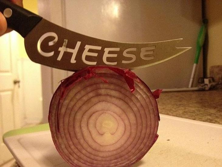 partiendo cebolla morada con un cuchillo que es para el queso