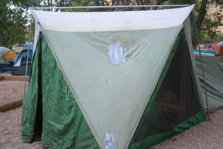 casa de campaña reparada con cinta adhesiva