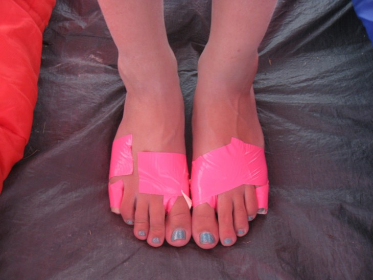 cinta adhesiva para evitar ampollas en los pies